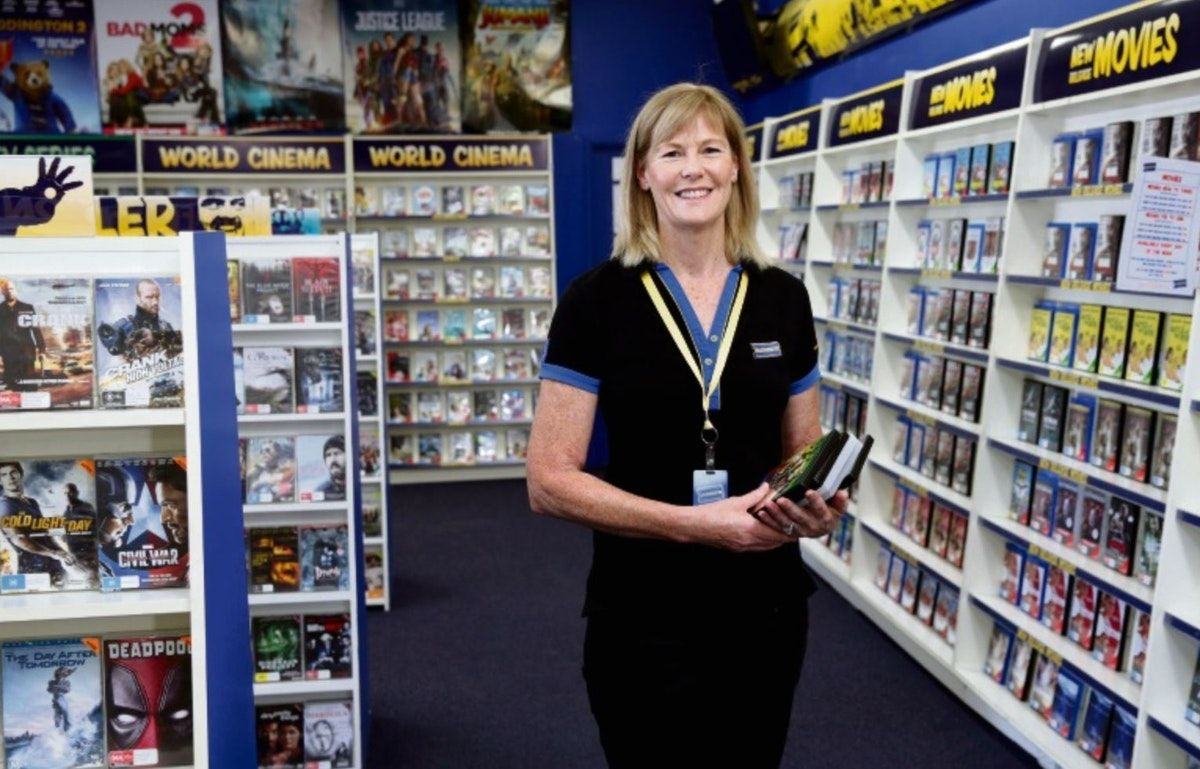 Mad About You will return! The 2nd last Blockbuster store to close! Richard Gere refuses more TV work!